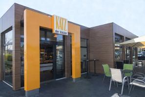 Bäckerei Pavillon mit Trespa Fassadenverkleidung und bodentiefen Schaufenstern