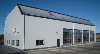 Produktionshalle mit Sektionaltoren und Aluminiumfenster